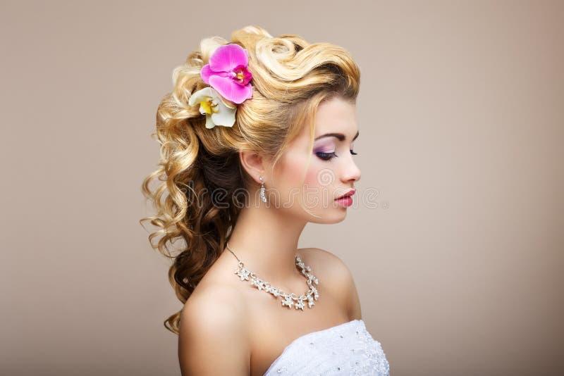 Harmonie. Plaisir. Profil de jeune Madame avec des bijoux - boucles d'oreille et collier photos stock