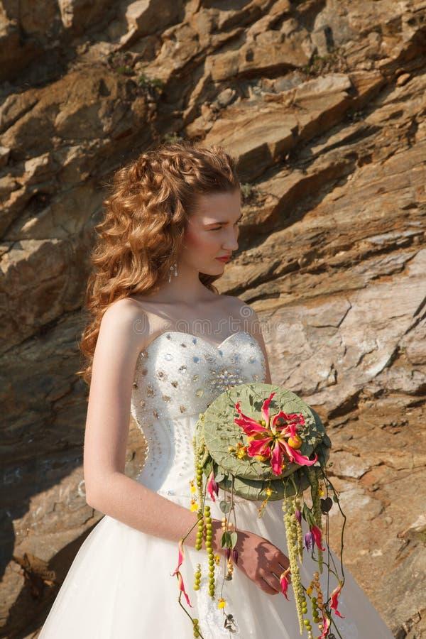 Jeune mariée avec des fleurs photo stock