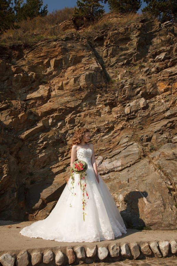 Jeune mariée avec des fleurs image libre de droits