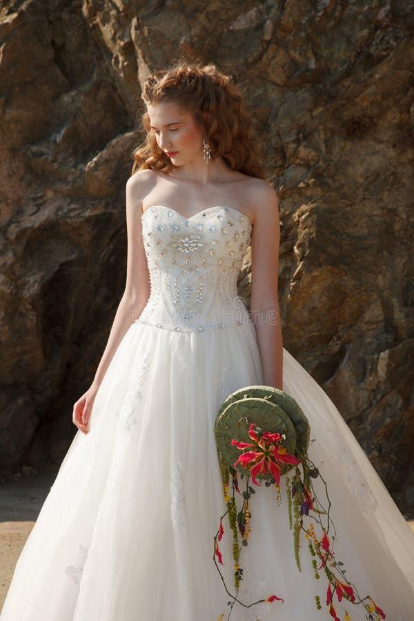 Jeune mariée avec des fleurs images libres de droits