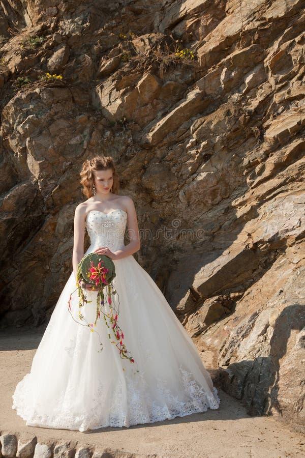 Jeune mariée avec des fleurs photos stock