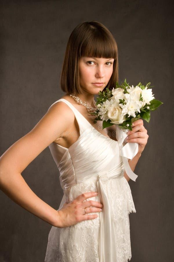 Jeune mariée avec le groupe de fleurs photographie stock