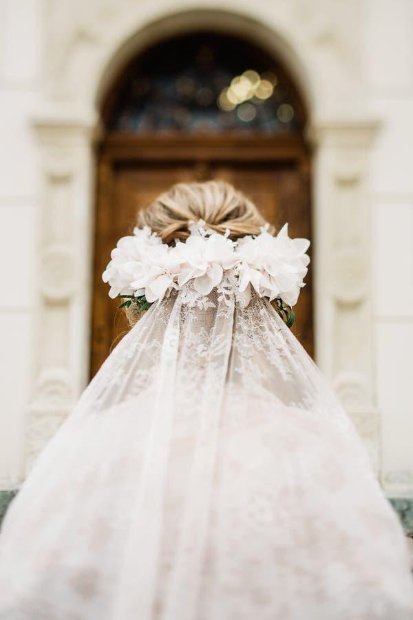 Jeune mariée avec le maquillage et la coiffure de mariage Mariée de sourire mariage images stock
