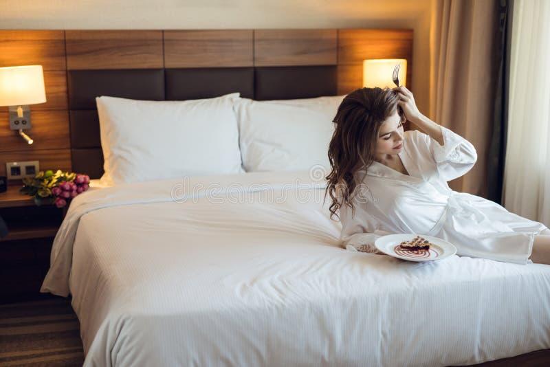 Jeune jeune mariée avec le petit déjeuner à la maison photo libre de droits
