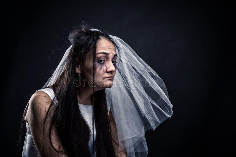 Jeune mariée avec le visage éploré, mariage malheureux photographie stock