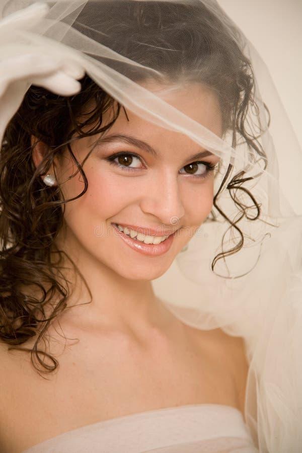 Jeune mariée avec le voile photos stock