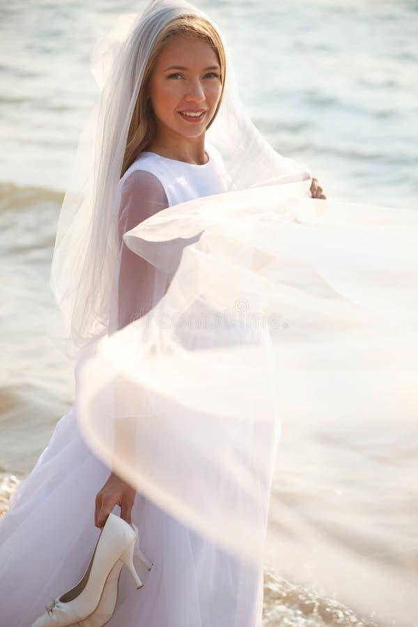 Jeune mariée avec le voile image libre de droits