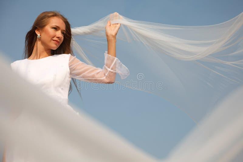 Jeune mariée avec le voile de vol photo libre de droits