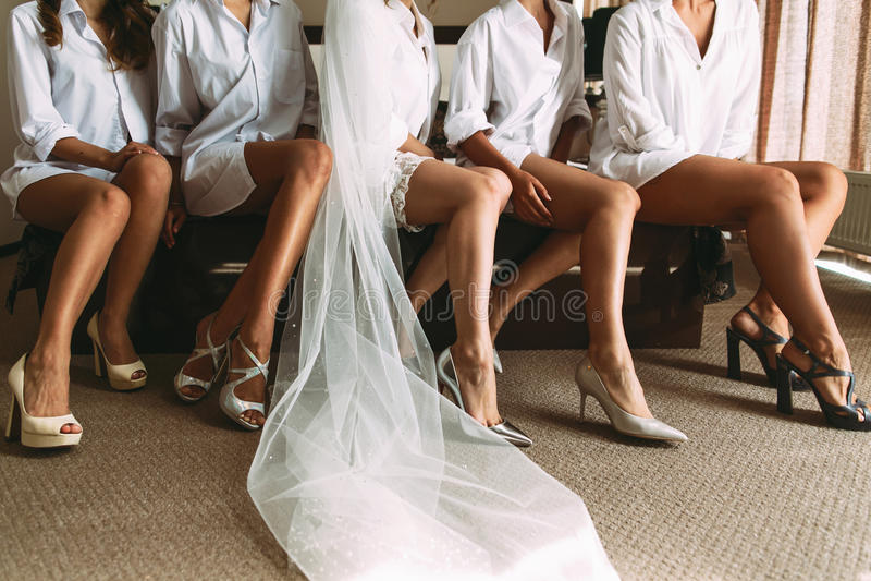 Jeune mariée avec les filles dans les chaussures intéressantes photo libre de droits