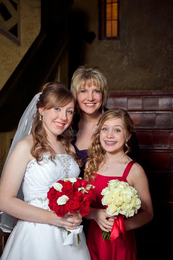 Jeune mariée avec sa mère et soeur photos stock
