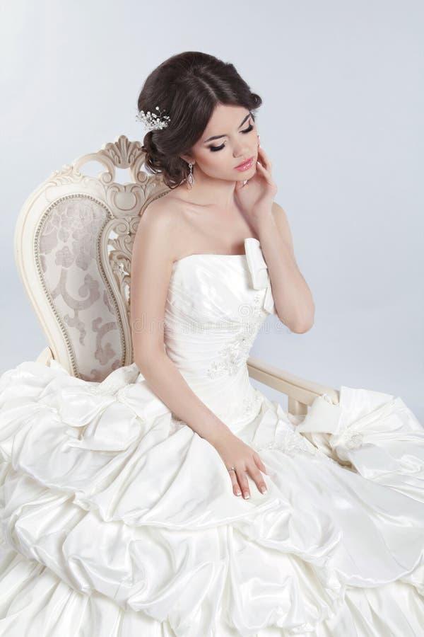 Jeune mari e belle femme de brune portant dans la robe de for Belle boutique de mariage