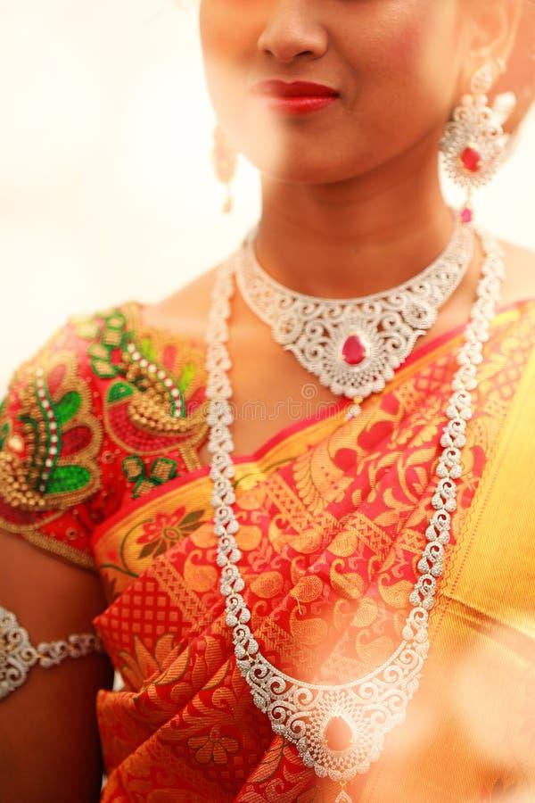 Jeune mariée blanche de collier sur son cou et lumières colorées photo stock