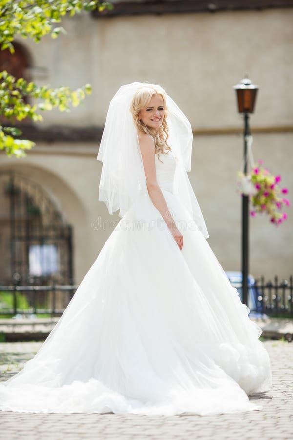jeune mariée blonde magnifique élégante élégante image stock