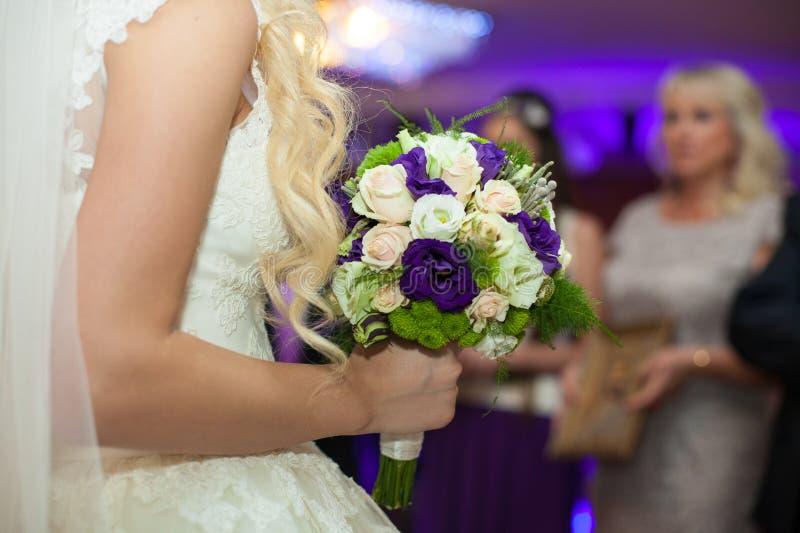 Jeune mariée blonde magnifique élégante élégante avec le bouquet dans le restau photos libres de droits
