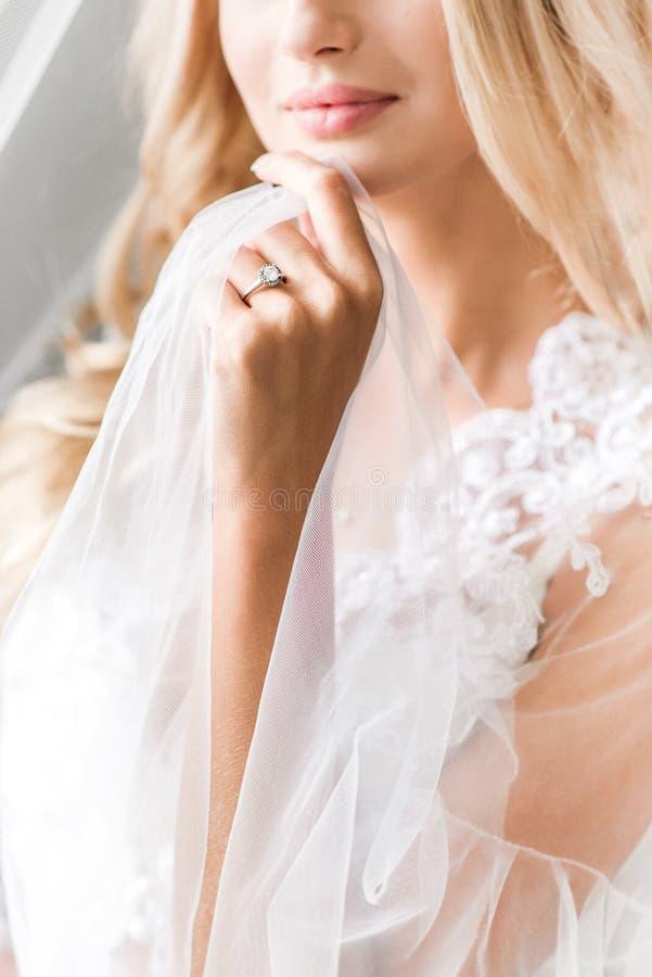Jeune mariée blonde tenant le tissu transparent image libre de droits