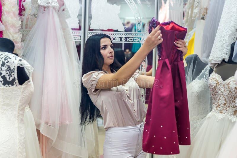 Jeune mariée choisissant la robe pour son mariage image stock