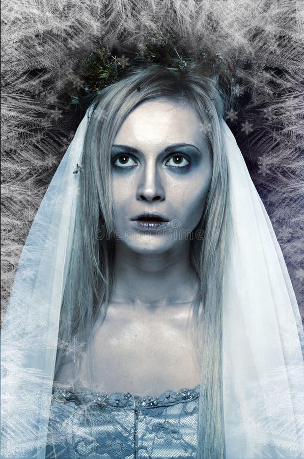 Jeune mariée congelée de cadavre de zombi photographie stock