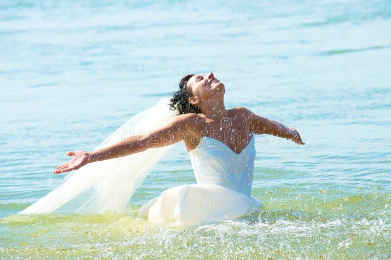 Jeune mariée dans l'eau photos libres de droits