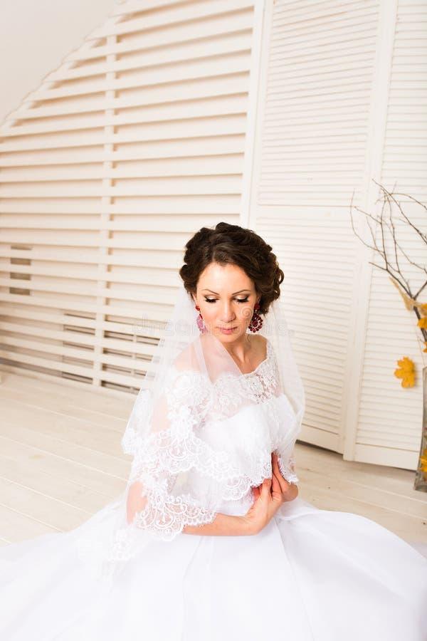 Jeune mariée dans l'intérieur de vintage dans le style d'automne image stock