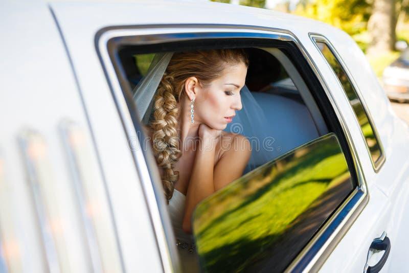 Jeune mariée dans la limousine photos stock