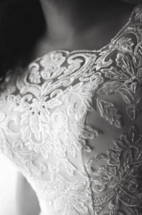Jeune mariée dans la robe de mariage blanche, fragment Photographie verticale noire et blanche images libres de droits