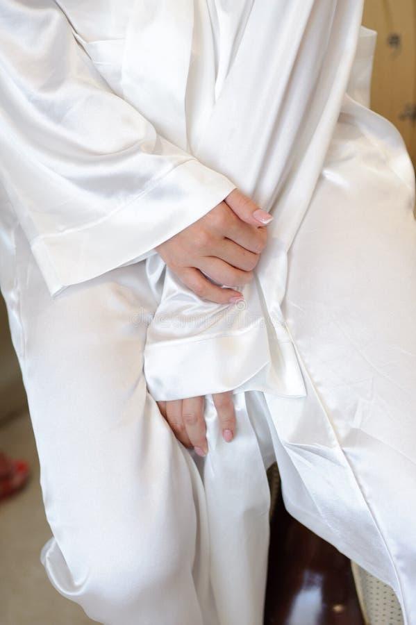 Jeune mariée dans le peignoir photos stock