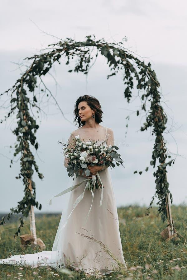 Jeune mariée dans les montagnes photo libre de droits