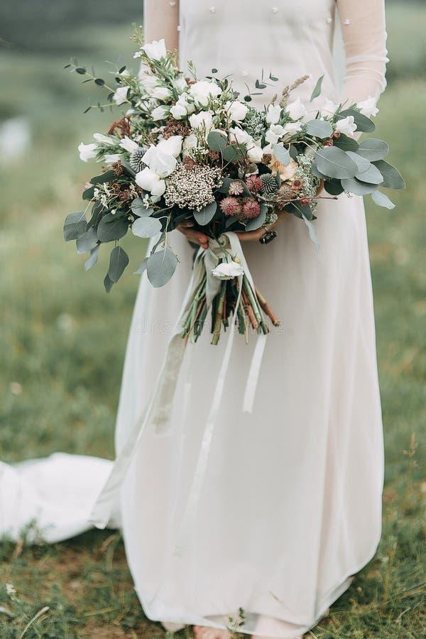 Jeune mariée dans les montagnes photos libres de droits