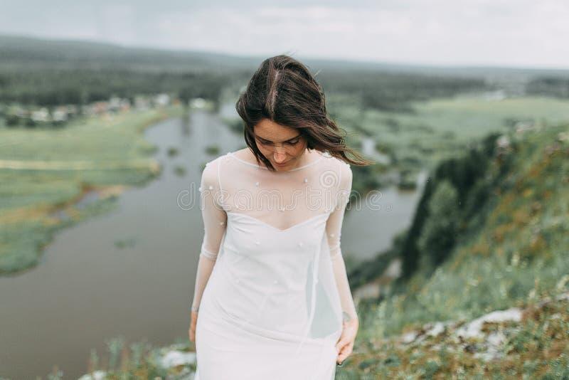 Jeune mariée dans les montagnes photographie stock libre de droits