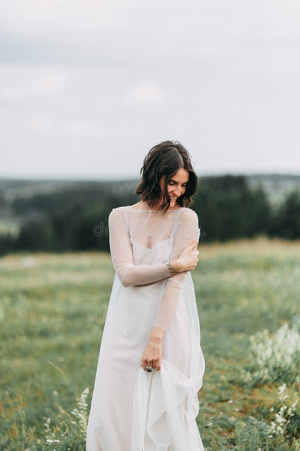 Jeune mariée dans les montagnes photos stock