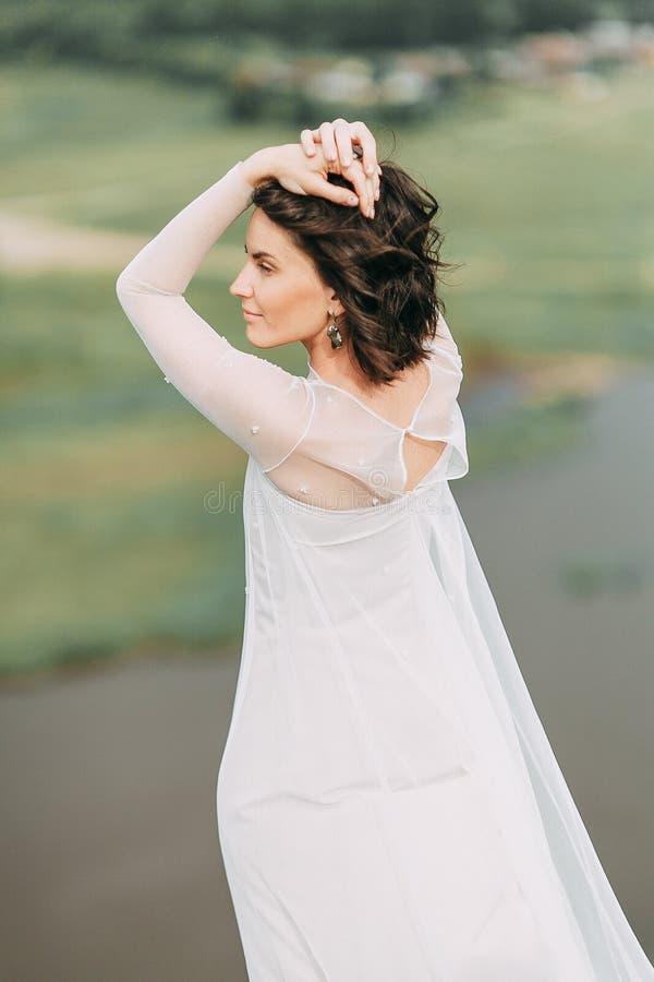 Jeune mariée dans les montagnes images libres de droits