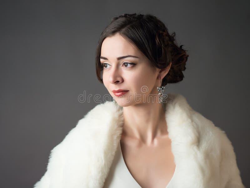 Jeune mariée dans un manteau de fourrure blanc Beau femme images libres de droits