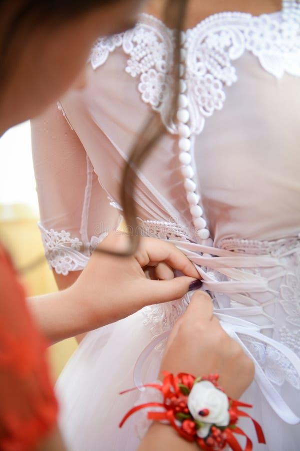Jeune mariée dans une belle robe blanche l'épousant, thème de mariage, symbolique des histoires d'amour image libre de droits