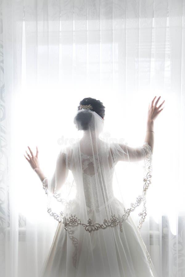 Jeune mariée dans une belle robe blanche l'épousant, thème de mariage, symbolique des histoires d'amour images stock