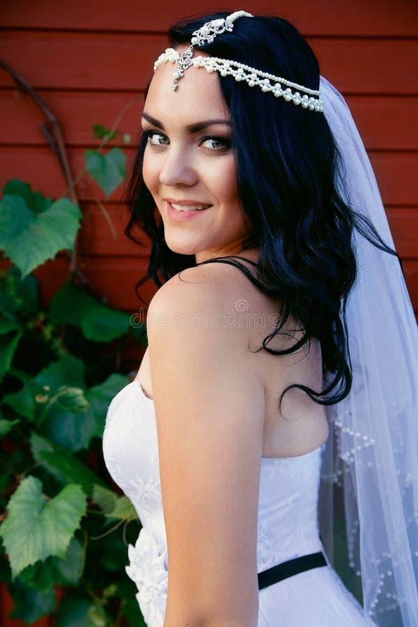 Jeune mariée dans une belle robe et un long voile photos libres de droits