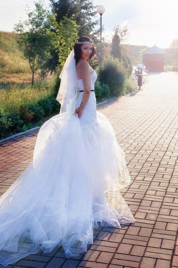 Jeune mariée dans une belle robe et un long voile photo libre de droits
