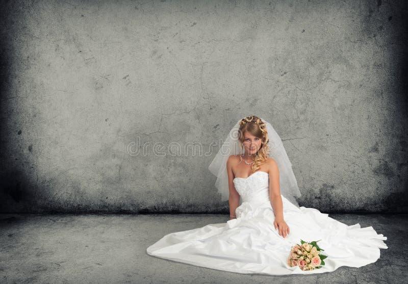 Jeune mariée dans une robe de mariage image stock