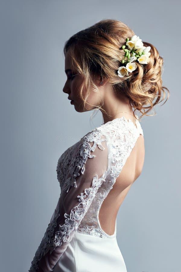 Jeune jeune mariée dans une robe de mariage blanche luxueuse et un beau hai image libre de droits