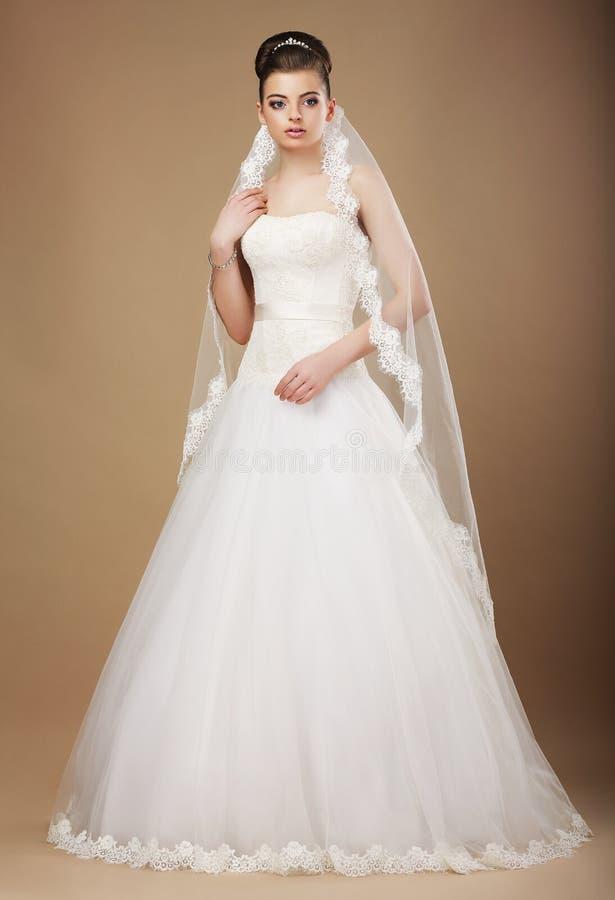 Jeune mariée de Happyl dans la longue robe blanche et le Viel image libre de droits