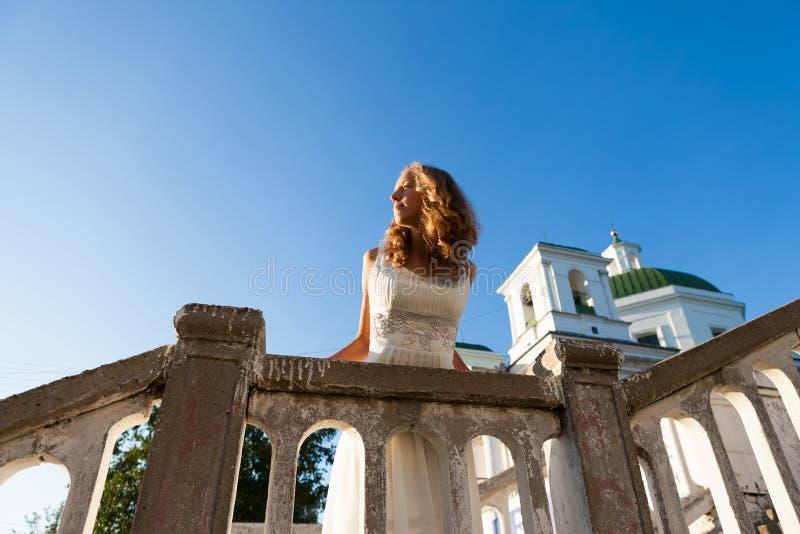 Jeune mariée de jeune fille dans une robe blanche dans la ville antique près du templ photos stock