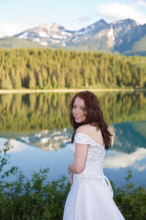 Jeune mariée de montagne images stock