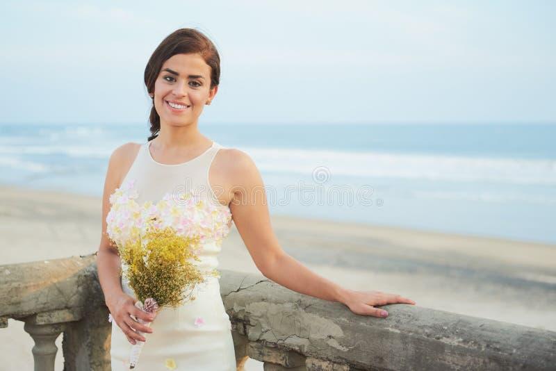 Jeune mariée de pose heureuse dans le balcon photos libres de droits