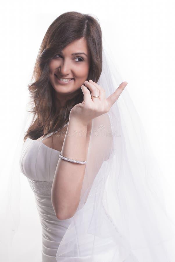 Jeune mariée de sourire heureuse photographie stock libre de droits
