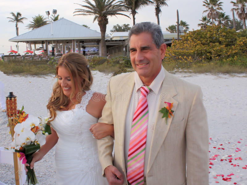 Jeune mariée avec son père photos stock