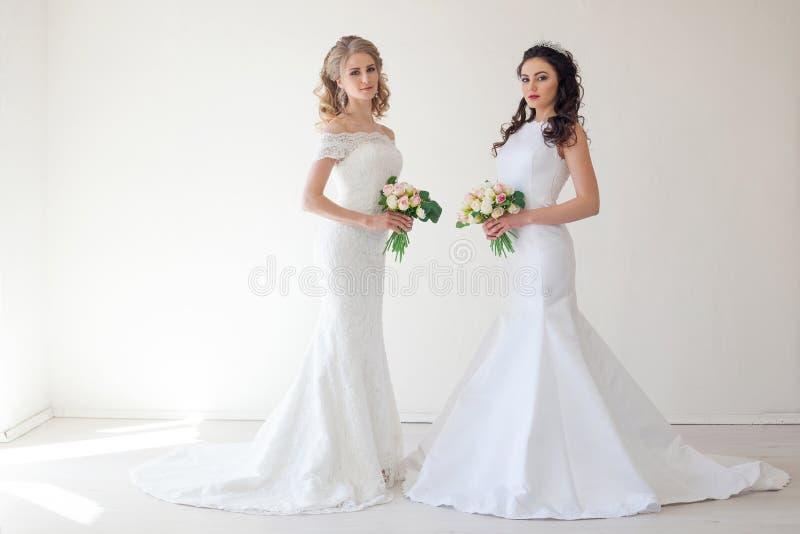 Jeune mariée deux l'épousant avec le mariage de bouquet images stock