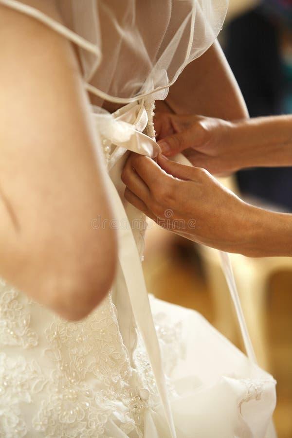 Jeune mariée en serrant la robe photographie stock libre de droits