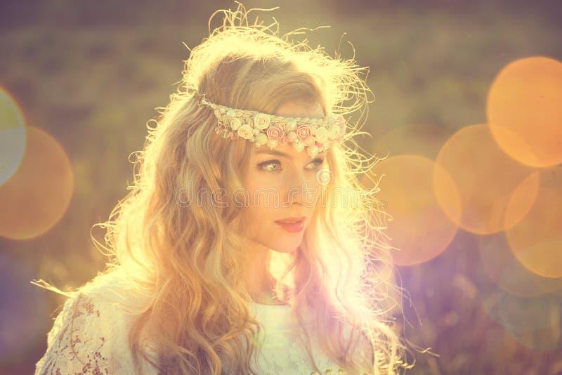 Jeune mariée enchanteresse sur le fond de nature photo libre de droits
