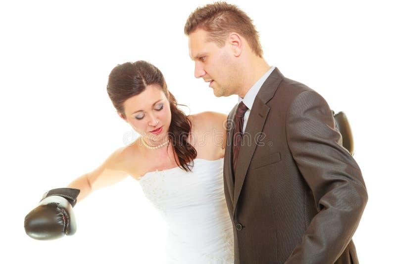 Jeune mariée enfermant dans une boîte son marié sur le mariage photo libre de droits