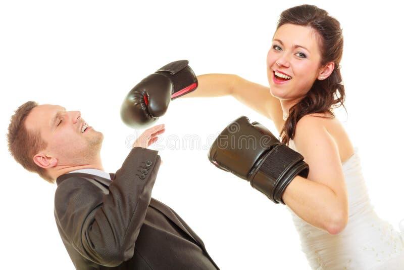 Jeune mariée enfermant dans une boîte son marié sur le mariage image stock