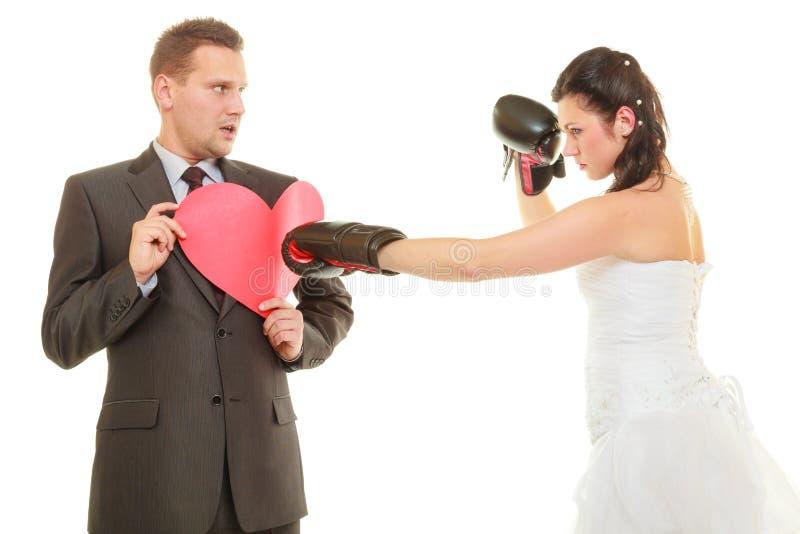 Jeune mariée enfermant dans une boîte son marié sur le mariage images stock